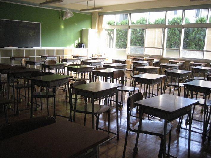窓辺は強烈に眩しくて奥は暗い教室