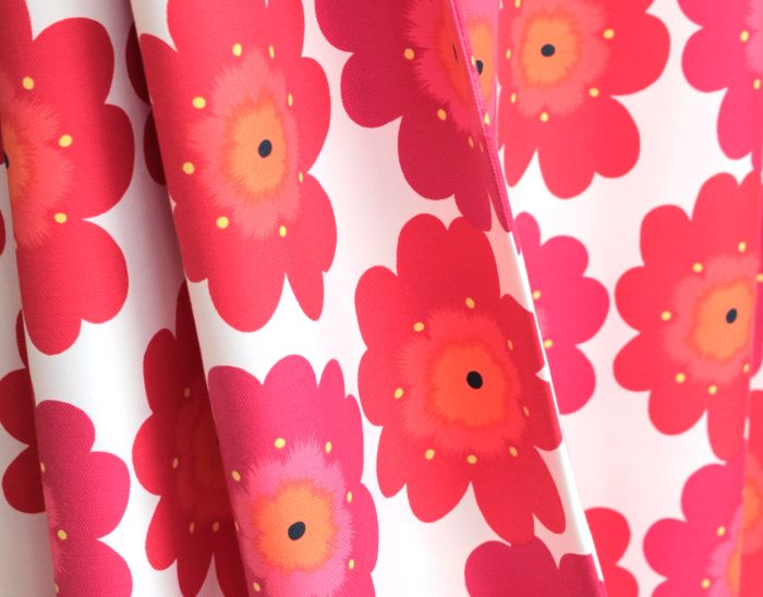 北欧テイストの大胆な花柄が、子供の想像力を育みます。